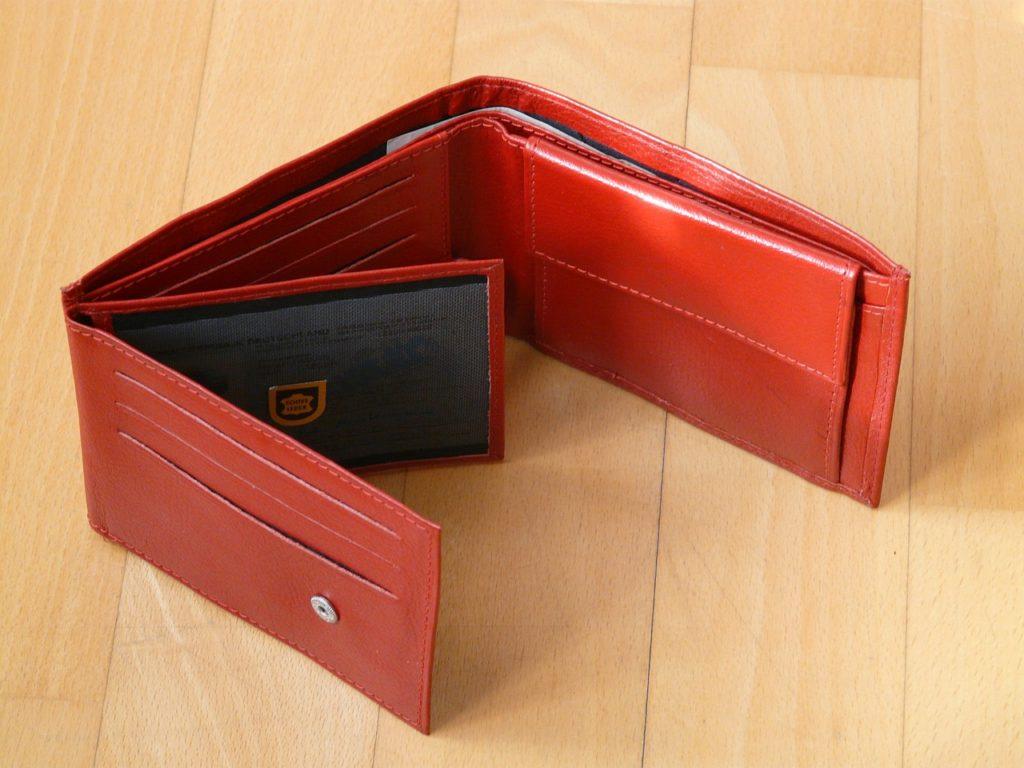 赤い財布はお金が貯まらない?お金が貯まる財布の5つの特徴とは!